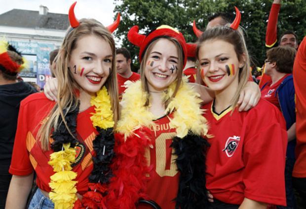 CĐV nữ tuyển Bỉ và Tunisia đọ nhan sắc kiều diễm trên khán đài