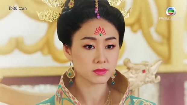 """Vương hoàng hậu khi làm điều gì độc ác lại luôn có lí do biện hộ """"chính đáng"""". Nàng còn thắp hương lạy Phật hoặc đứng trước bài vị các tiên hậu để tự cảm thấy bản thân không hề sai sau mỗi lần tay """"nhúng chàm""""."""