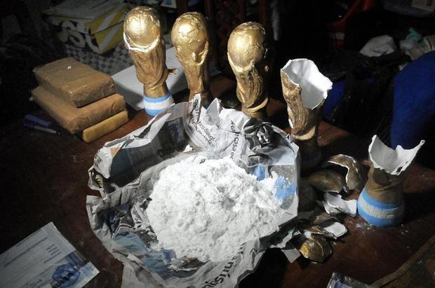 Hiện trường thu giữ ma túy và cần sa được giấu trong bản sao cúp vàng World Cup. Ảnh: AFP