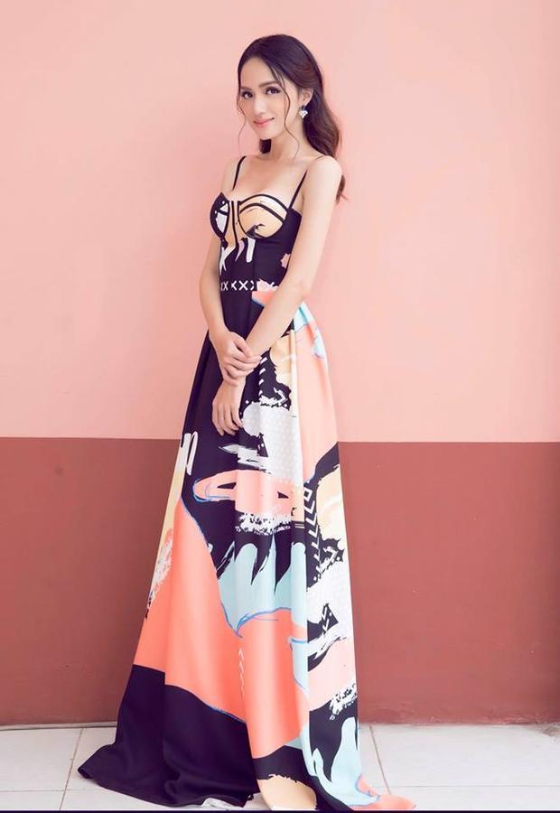 Thiết kế ghi dấu ấn với sự kết hợp độc đáo giữa thân váy suông mềm mại cùng những đường may nổi cứng cáp từ thân áo.