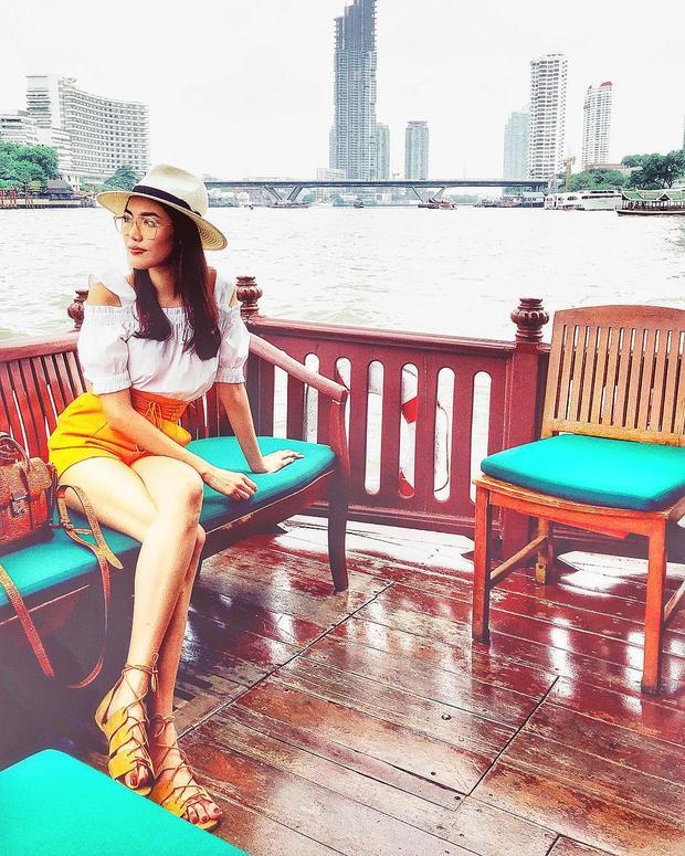 Chiếc váy ngắn khoe trọn đôi chân dài khỏe khoắn của cô người mẫu trẻ trong chuyến thưởng ngoạn.