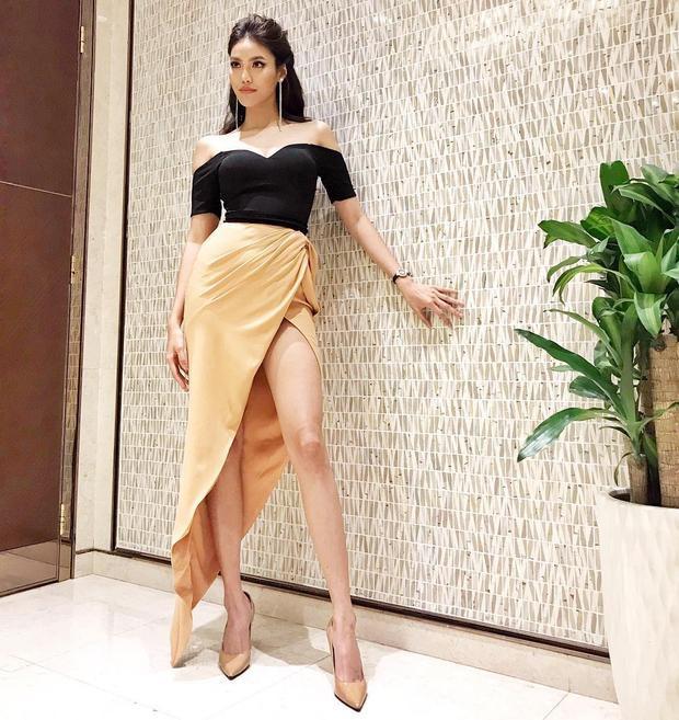 Người đẹp chọn cho mình những mẫu váy khá đa dạng, từ nữ tính, tinh tế, hay độc đáo với những đường cắt cúp phóng khoáng.