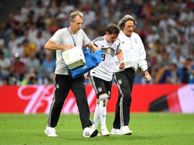 Rudy rời sân cùng các bác sĩ tuyển Đức.