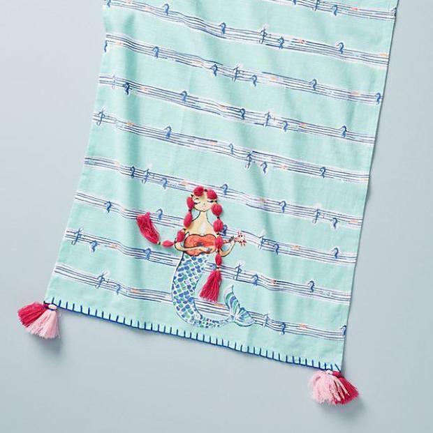 Nàng tiên cá luôn sở hữu giọng hát tuyệt vời và còn gì thích hợp hơn một chiếc khăn mặt với những nốt nhạt đặc biệt và hình ảnh nàng tiên cá như thế này!