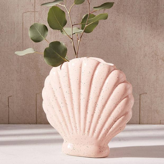 Đây là một chiếc bình hình vỏ sò màu hồng, hình ảnh quá quen thuộc với các nàng tiên cá. Bạn có thể sử dụng nó để cắm hoa hoặc đơn giản là để mang không khí biển cả vào trong căn phòng.
