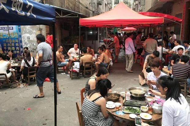 Nhiều người tới ghé thăm một nhà hàng chế biến thịt chó trong mùa lễ hội.