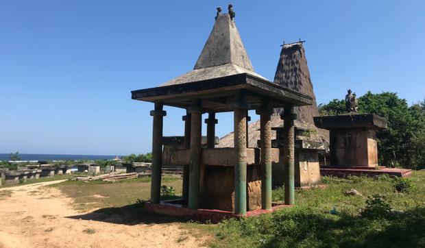 Những ngôi mộ ở Sumba được trang trí theo kiểu hình chóp - biểu tượng truyền thống hoàng gia. Ảnh: Resty Woro Yuniar