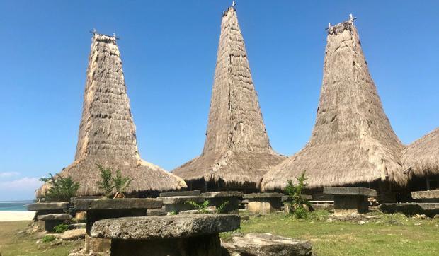 Những phần mộ ở Kampung Ratenggaro, phía Tây Nam Sumba. Ảnh: Resty Woro Yuniar