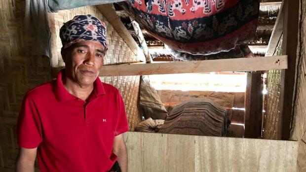 Ông Mbora cũng như bao người dân khác trong làng, sống chung cùng những chiếc quan tài của người thân trong suốt nhiều năm. Ảnh: Resty Woro Yuniar