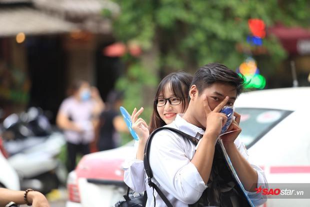 Nhiều bạn nữ xinh đẹp bẽn lẽn khi thấy ống kính lia tới phía mình…