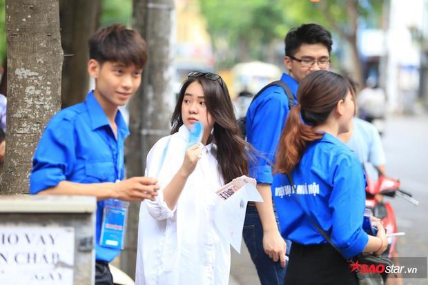 Nhân ngày làm thủ tục dự thi THPT quốc gia, dân tình choáng ngợp phát hiện bầu trời trai xinh gái đẹp ở các trường nổi tiếng