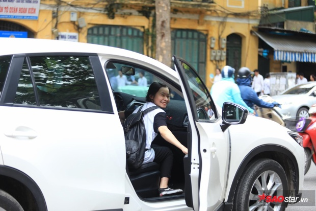 Nhiều phụ huynh dùng ô tô đưa đón sĩ tử.