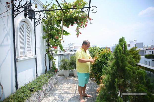 Dù bận rộn nhưng nhạc sĩ Minh Khang vẫn dành thời gian giúp vợ chăm sóc khu vườn quanh nhà. Trên tầng ngôi nhà cũng được bố trí nhiều cây cảnh, cây leo tạo không gian xanh mát.