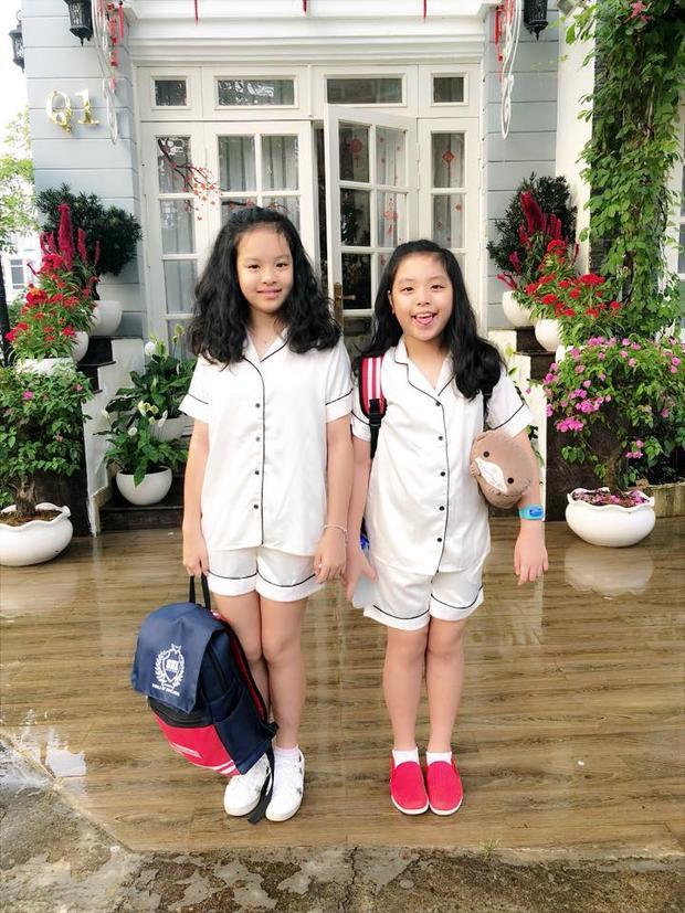 Hình ảnh hai cô con gái chuẩn bị đến trường trong một ngày hội phía sau là rất nhiều chậu cây cảnh đẹp được Thúy Hạnh khoe trên trang cá nhân.