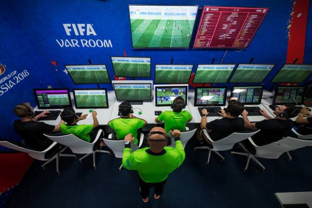 Trọng tài V.A.R cùng ba trợ lý trọng tài mặc trang phục như các trọng tài trên sân khi tác nghiệp trong trân đấu.