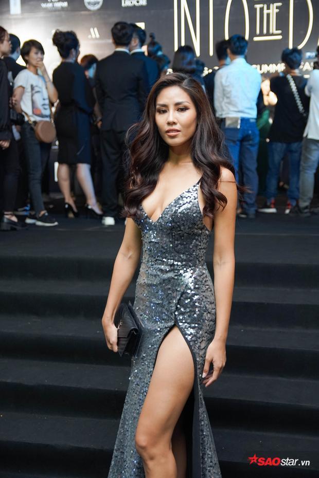 Nguyễn Thị Loan chọn diện chiếc đầm chất vải sequin, phom dáng đơn giản nhưng ôm thật sát khoe trọn ba vòng.