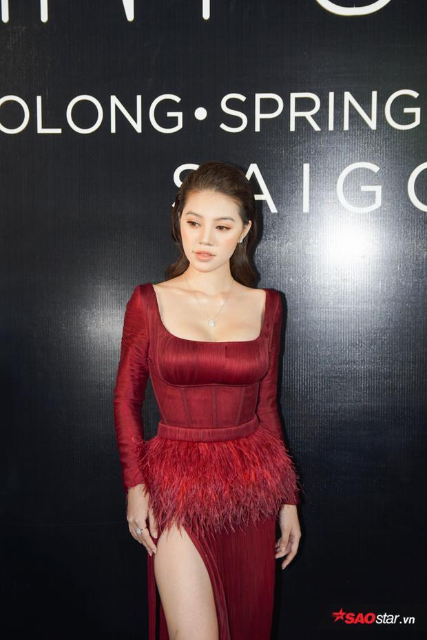 Jolie Nguyễn khoe eo nuột, chân thon cùng bộ cánh đính lông vũ tông màu đỏ rực rỡ.