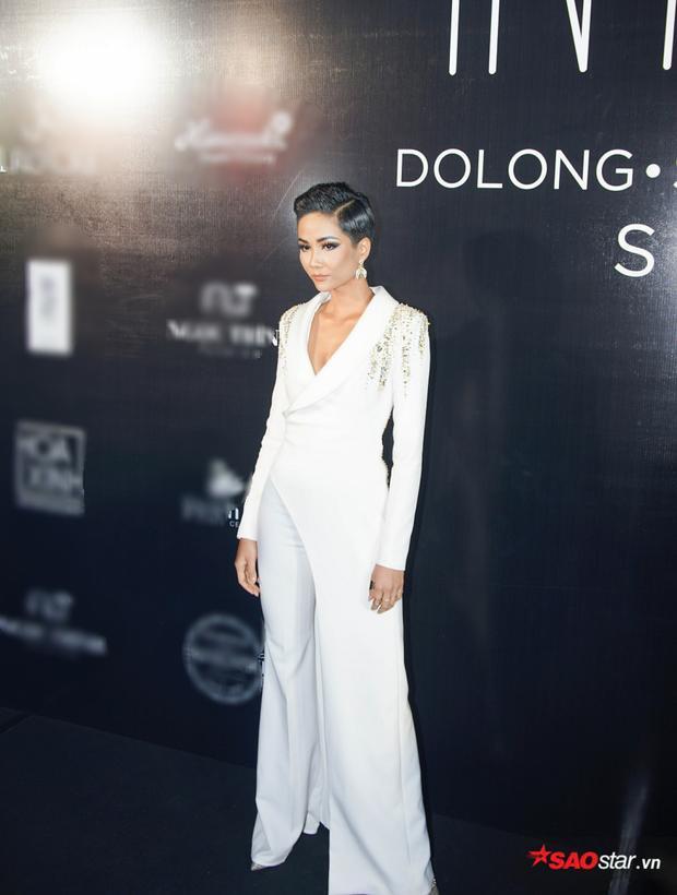 H'Hen Niê tiếp tục chiếm trọn spotlight với bộ vest trắng bất đối xứng.