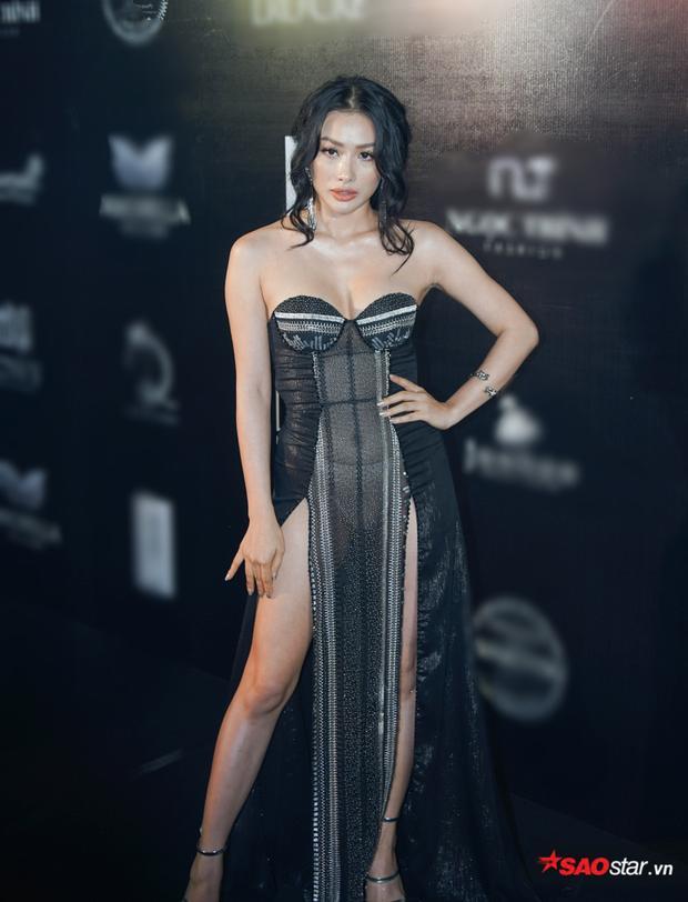 Khách quan mà nói, outfit của Yaya Trương Nhi không xấu, nhưng cách sử dụng chất liệu xuyên thấu quá táo bạo, lộ cả nội y phô phang khiến cô bị điểm trừ trên thảm đỏ.