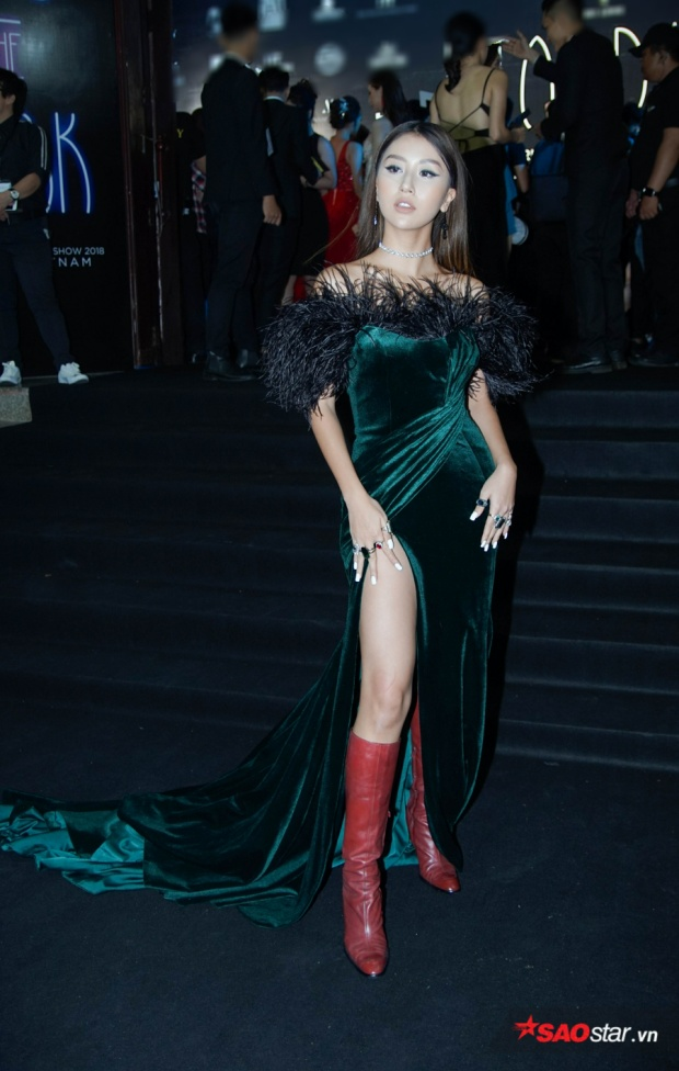 Bộ cánh không xấu nhưng theo nhiều ý kiến, đôi boots đỏ đã khiến đôi chân của Quỳnh Anh Shyn trông ngắn hơn thường lệ.