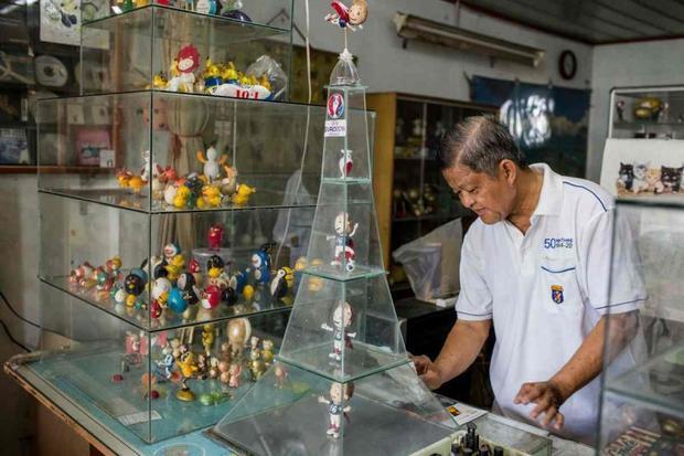 Những chú búp bê từ vỏ trứng được ông Tam trưng bày trong nhà cho khách đến tham quan. Ảnh: AFP