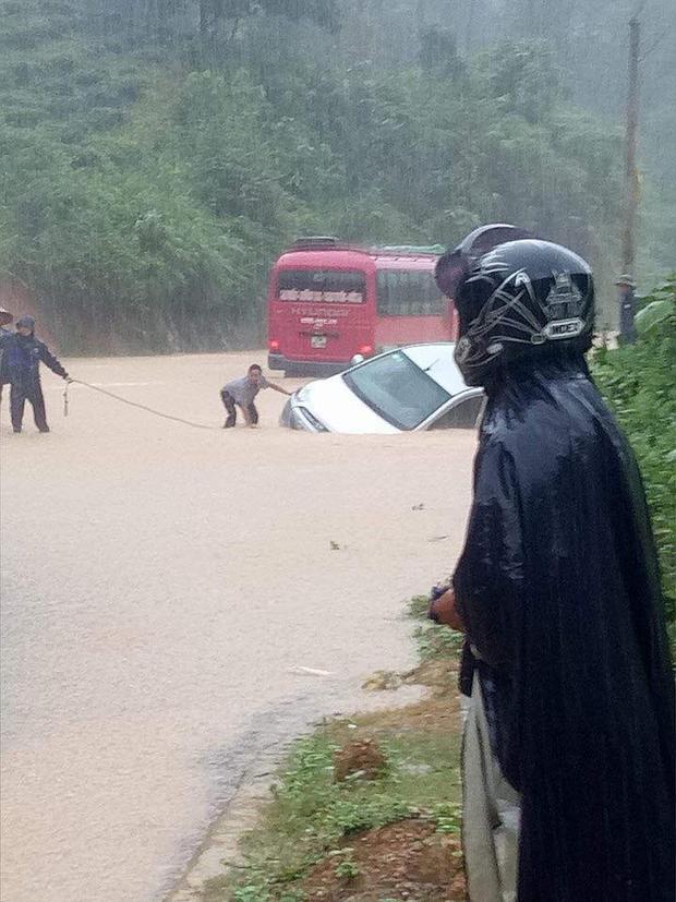 Các phương tiện ngập trong nước lũ.