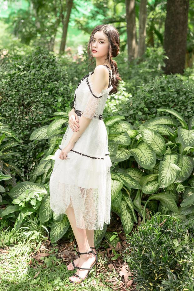 Cô mang đến nét dịu dàng với váy dáng dài thiết kế nữ tính.