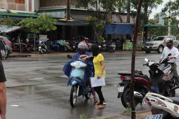 Các thí sinh ở Nghệ An đến trường trong cơn mưa