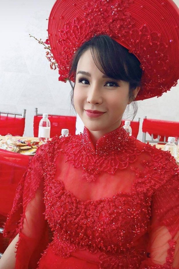 Trong ngày cưới vào đầu tháng 5, Diệp Lâm Anh diện áo dài xinh đẹp nhưng vẫn không giấu được vòng 2 to.