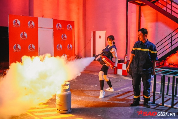 Biểu cảm của Hari khi trải nghiệm cách dập lửa bằng bình chữa cháy.