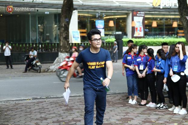 Thí sinh tại điểm thi THPT Phan Đình Phùng, Hà Nội.