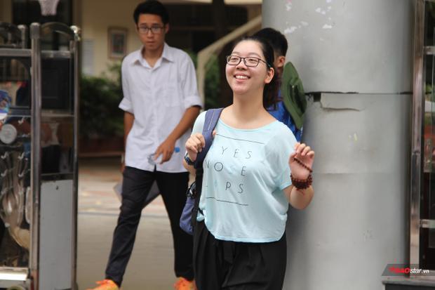 Nụ cười rạng rỡ của một nữ sinh sau khi hoàn thành bài thi môn Ngữ văn như xóa tan cái nắng nóng ở điểm thi.