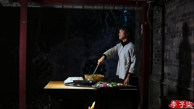 Khu bếp truyền thống của các gia đình vùng nông thôn ở Trung Quốc là nơi cô chế biến các món ăn.