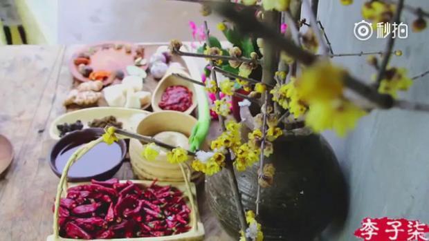 Những món ăn được chế biến theo cách xưa cũ một cách tự nhiên nhất được cô tự tay thực hiện. Từ nhà cửa, bếp núc cho đến từng dụng cụ, nguyên liệu trong video đều được Lý Tử Thất tối giản hết mức có thể để mang đến cảm giác bình dị.