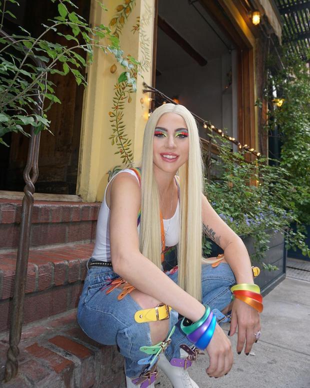 Việc lựa chọn chiếc quần jean với những chiếc khóa cài đủ màu sắc, đi kèm là phụ kiện vòng tay cũng có màu sắc đa dạng không kém. Đây chính là hành động trực tiếp để cô nàng ủng hộ cho cộng đồng LGBT.