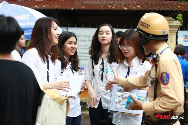 Trong ngày thi THPT Quốc gia đầu tiên, số lượng thí sinh đổ về các điểm thi tại Hà Nội khiến cho giao thông nhiều tuyến đường gặp khó khăn. Lực lượng CSGT đã có mặt tại trước cổng trường THPT Trần Phú để điều phối giao thông, đồng thời, phối hợp với đội sinh viên tình nguyện phát nước uống cho các sĩ tử và phụ huynh.