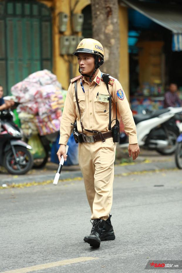 Phía trước cổng THPT Trần Phú chiều nay bị ùn tắc nhẹ, nhưng lực lượng CSGT đã kịp thời phân làn.