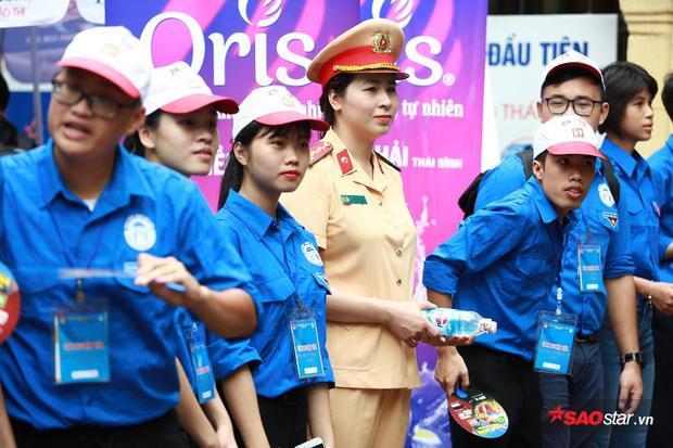 Phối hợp cùng với đội sinh viên tình nguyện hỗ trợ tối đa cho các thí sinh tại kỳ thi.