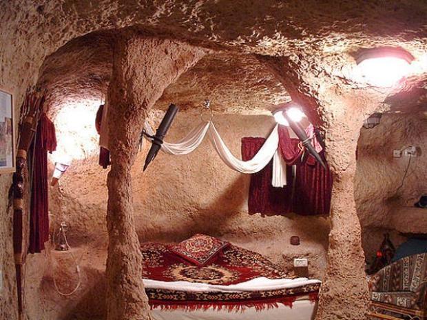 Căn phòng ngủ được thiết kế với hai cột đá hai bên như trong phim.