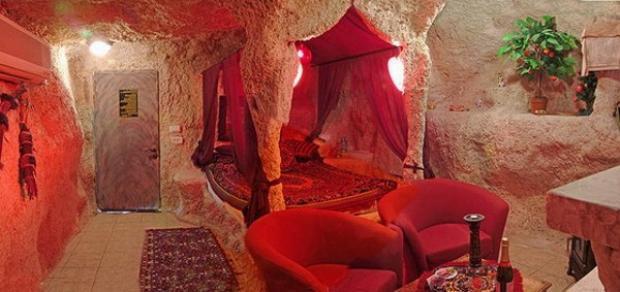 Không có sự phân biệt giữa phòng ngủ và phong khách. Tất cả được trang trí với gam màu đỏ chủ đạo.