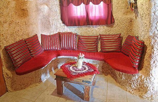 Một chiếc bàn khác trong ngôi nhà để tiếp khách đến chơi với phần lưng dựa vào vách đá.