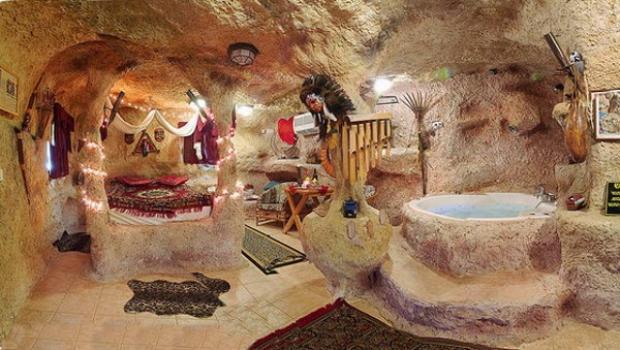 """Một phòng ngủ khác nơi có chiếc bồn tắm cũng rất """"tự nhiên"""" cùng các vật dụng của người tiền sử."""