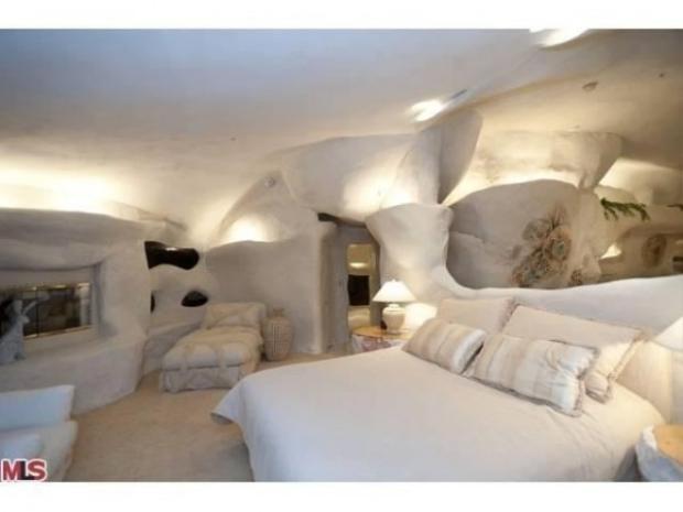 Bên trong căn nhà được thiết kế với màu trắng chủ đạo và chỉ có duy nhất 1 phòng ngủ.