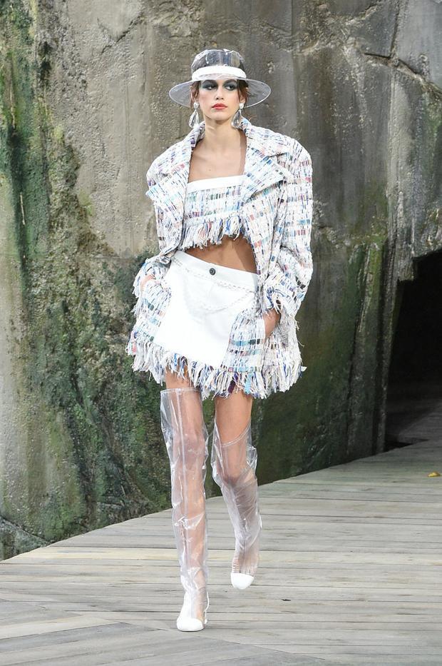 Người mẫu Kaia Gerber đội mũ trong suốt trình diễn trong bộ sưu tập Xuân - Hè 2018 của nhà mốt Chanel.