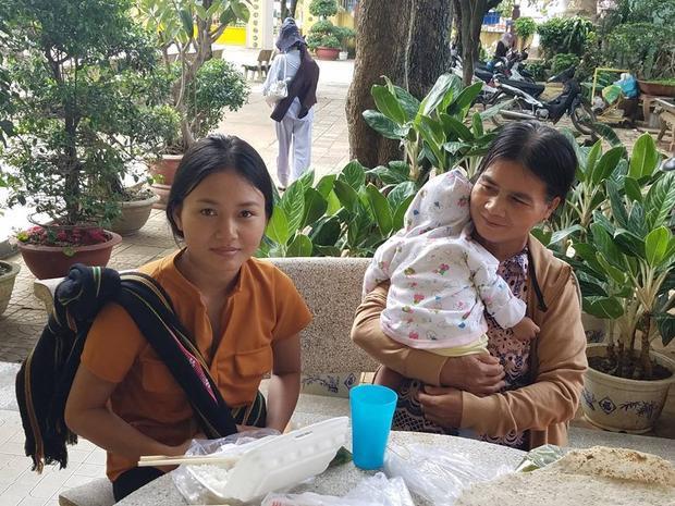 Mẹ H'Đannila trông cháu giúp con gái có thời gian ôn bài trước giờ thi. Ảnh: Người đưa tin.