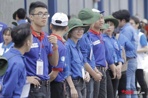 Chúng ta dễ dàng bắt gặp màu áo xanh tình nguyện của các bạn sinh viên ở nhiều tuyến đường trong kỳ thi tuyển sinh này.