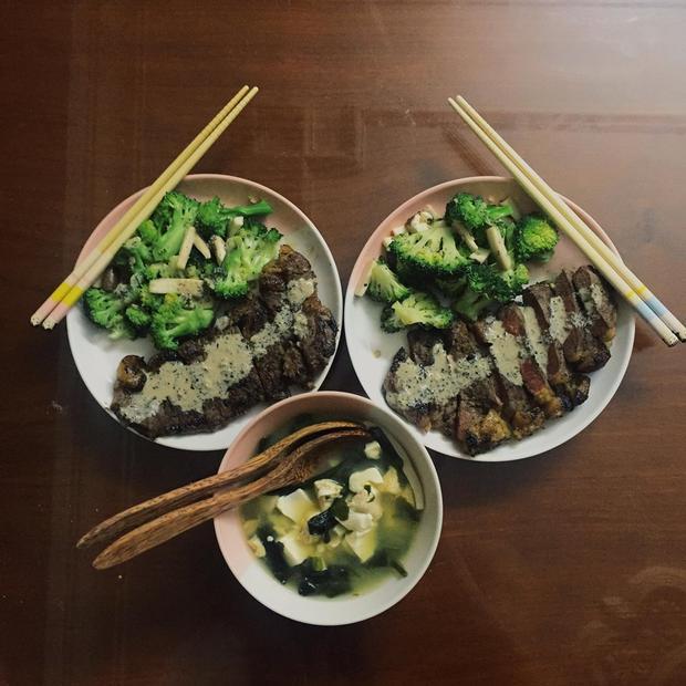 Một ít bò nướng đổi khẩu vị cùng bông cải xanh nhiều dinh dưỡng.