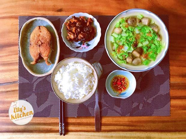Bữa cơm trưa của bà mẹ 2 con đủ cả thịt, cá, rau xanh đầy dinh dưỡng.