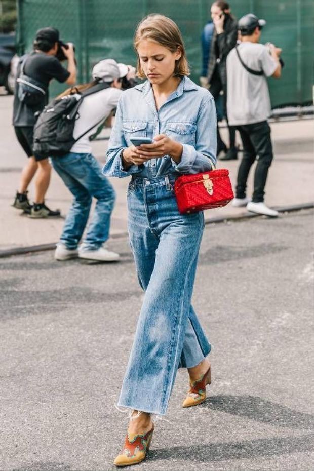Jean thực sự rất dễ mặc nhưng không phù hợp với sự trang trọng của tiệc cưới lắm đâu. Hãy để dành jean cho những dịp khác và lựa chọn trang phục phù hợp, nhã nhặn hơn.