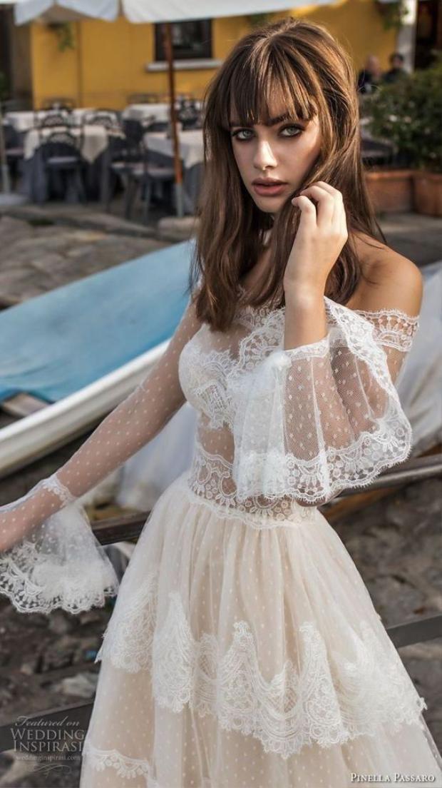 Đừng mặc đầm trắng bồng bềnh nếu không muốn quan khách hiểu lầm bạn là tình cũ của chú rể đến cạnh tranh với cô dâu.